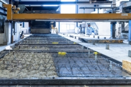 Automatycznie sterowany rozściełacz masy betonowej