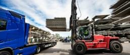 Wózek widłowy załadowuje stropów prefabrykowane na samochód ciężarowy